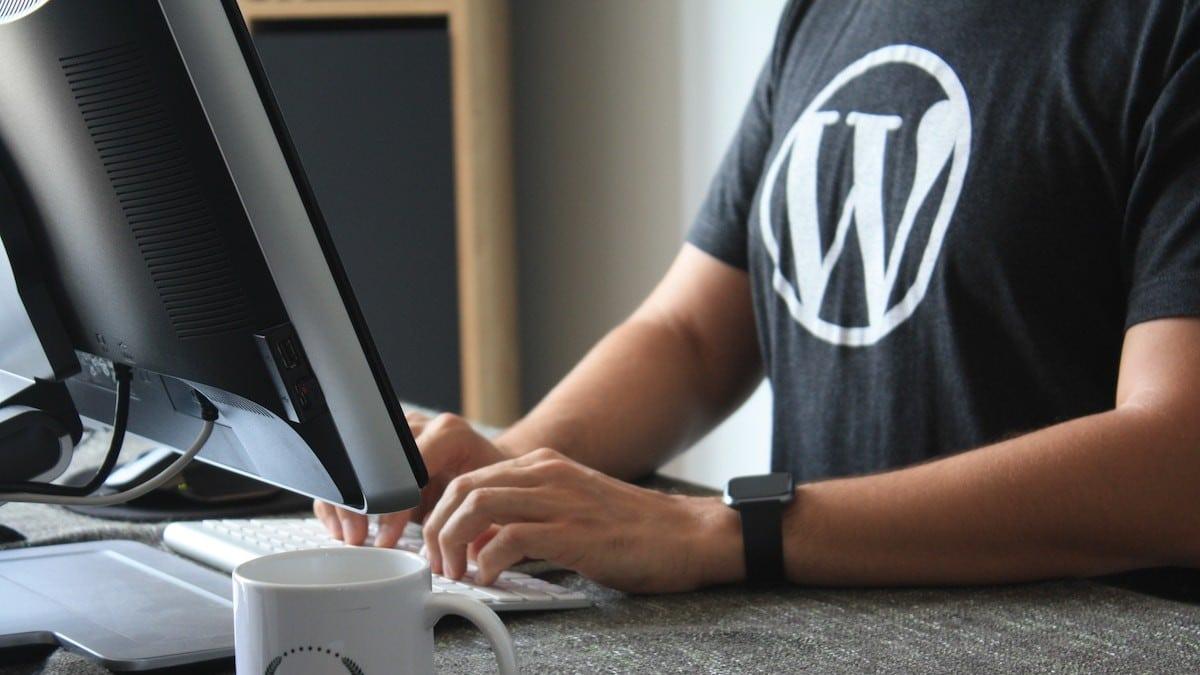 Mann mit WordPress T-Shirt am PC