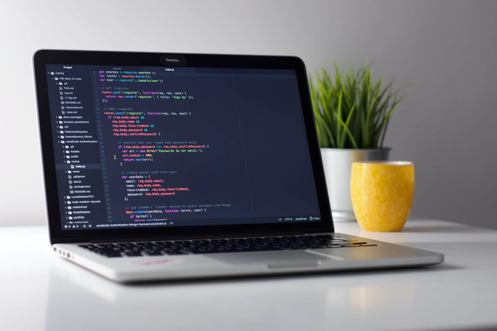 MacBook mit Editor in dem die functions.php bearbeitet wird